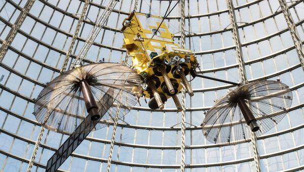 Макет геостационарного космического аппарата Луч-5А в подкупольном пространстве павильона Космос в центре Космонавтика и авиация на ВДНХ