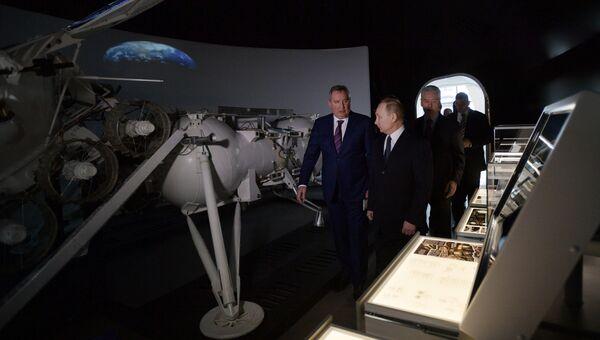 Президент РФ Владимир Путин во время посещения центра Космонавтика и авиация на ВДНХ