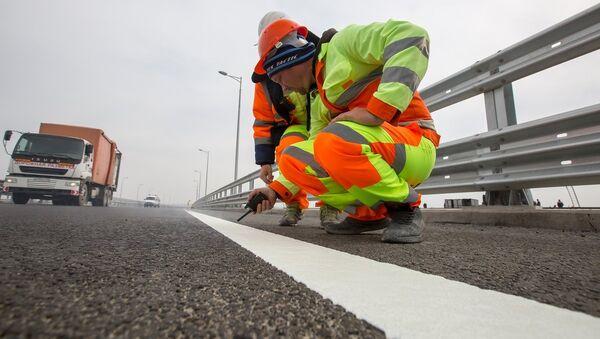 Нанесение разметки на дорожное полотно Крымского моста