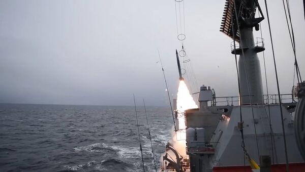 Маршал Устинов отразил условную атаку истребителей в Баренцевом море