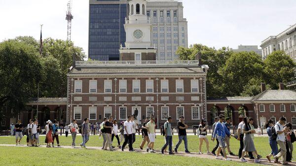 Люди в Национальном историческом парке Независимости в Филадельфии