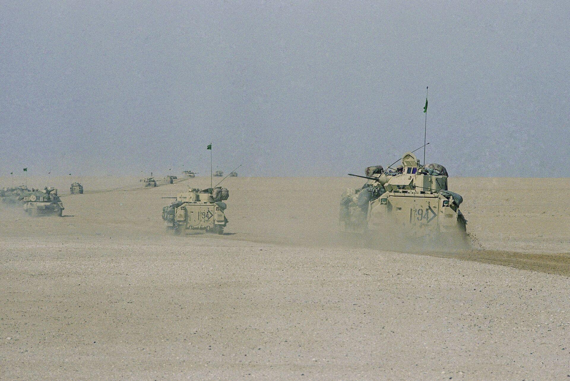 Гусеничные платформы Брэдли армии США во время операции Буря в пустыне. 18 января 1991  - РИА Новости, 1920, 19.02.2021