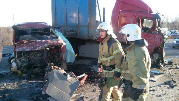 Сотрудники МЧС на месте ДТП в Череповецком районе Вологодской области. 13 апреля 2018