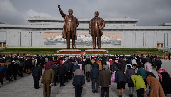 Жители КНДР у монумента лидерам Ким Ир Сену и Ким Чен Иру. Архивное фото
