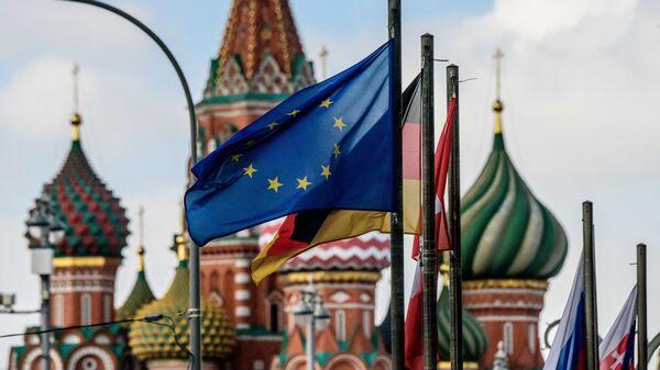Флаги европейских государств и Евросоюза на фоне храма Василия Блаженного в Москве. Архивное фото
