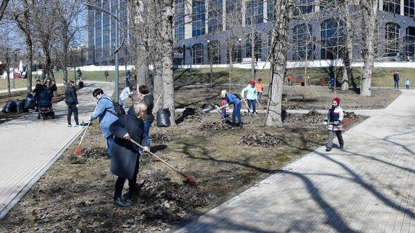 Жители Москвы принимают участие в городском субботнике