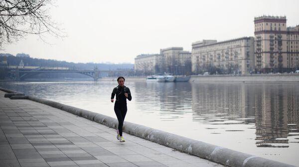 Девушка бегает по набережной возле Нескучного сада в Москве. Архивное фото