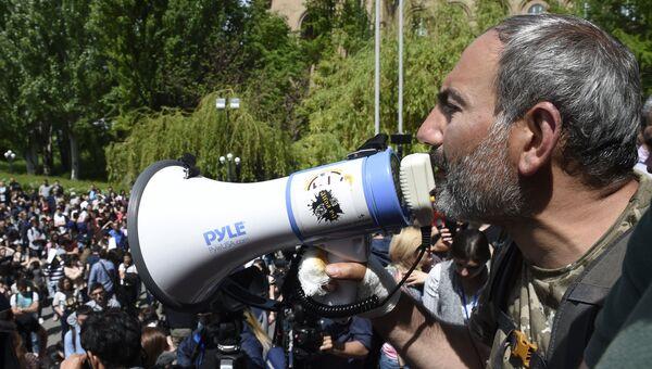 Лидер партии Гражданский договор Никол Пашинян во время акция протеста в Ереване. 18 апреля 2018