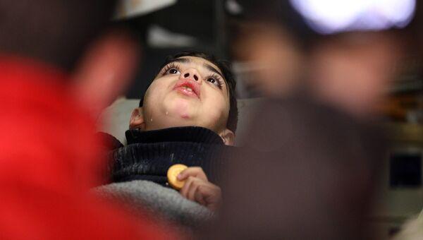 Сирийский мальчик в машине скорой помощи после эвакуации. Архивное фото