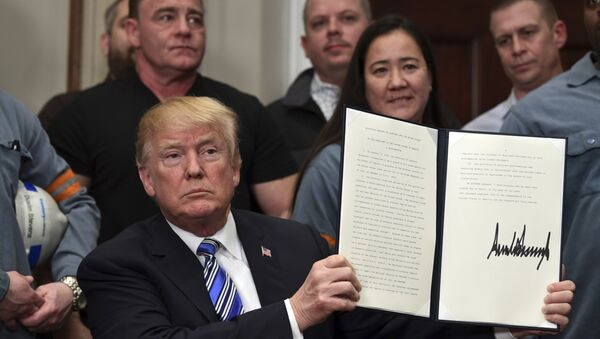 Президент США Дональд Трамп держит документ о вводе пошлин на алюминий. Архивное фото