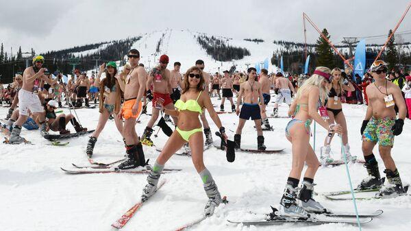 Участники массового горнолыжного спуска в купальных костюмах Grelka fest на кузбасском горнолыжном курорте в посёлке Шерегеш Кемеровской области