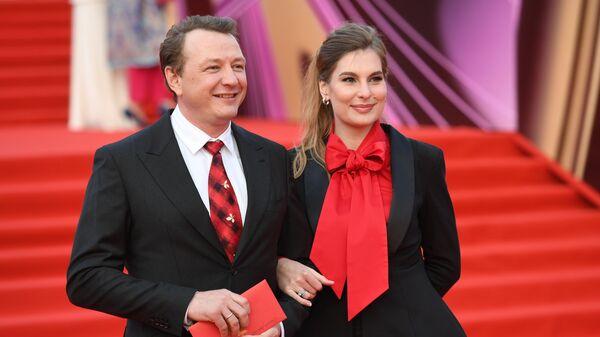 Актер Марат Башаров с Елизаветой Шевырковой на церемонии открытия 40-го Московского международного кинофестиваля (ММКФ)