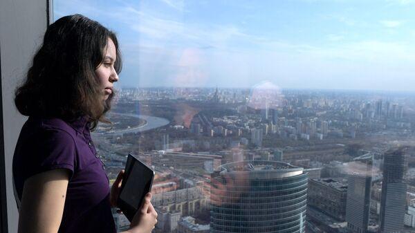 Посетительница на самой высокой смотровой площадке в Европе, которая находится на 89 этаже Башни Федерация-Восток делового комплекса Москва-Сити