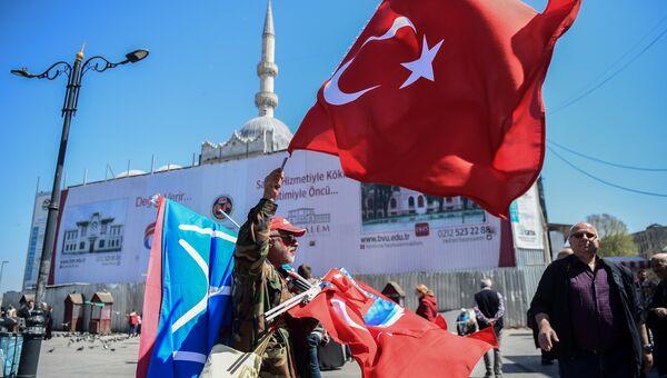 Продавец с турецким национальным флагом в Стамбуле. 19 апреля 2018 года