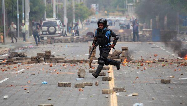 Сотрудник правоохранительных органов Никарагуа во время столкновений с протестующими в Манагуа, Никарагуа. 20 апреля 2018