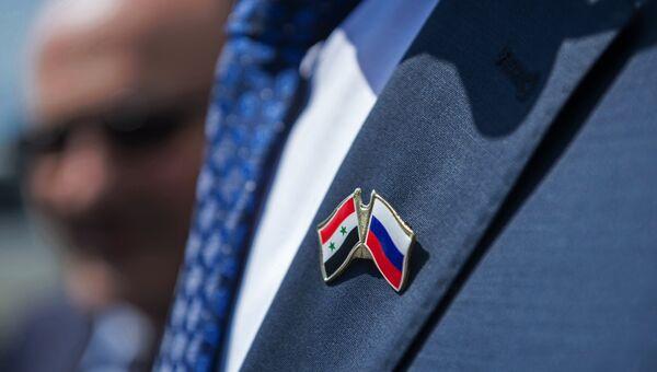 Значок с изображением флагов России и Сирии. Архивное фото