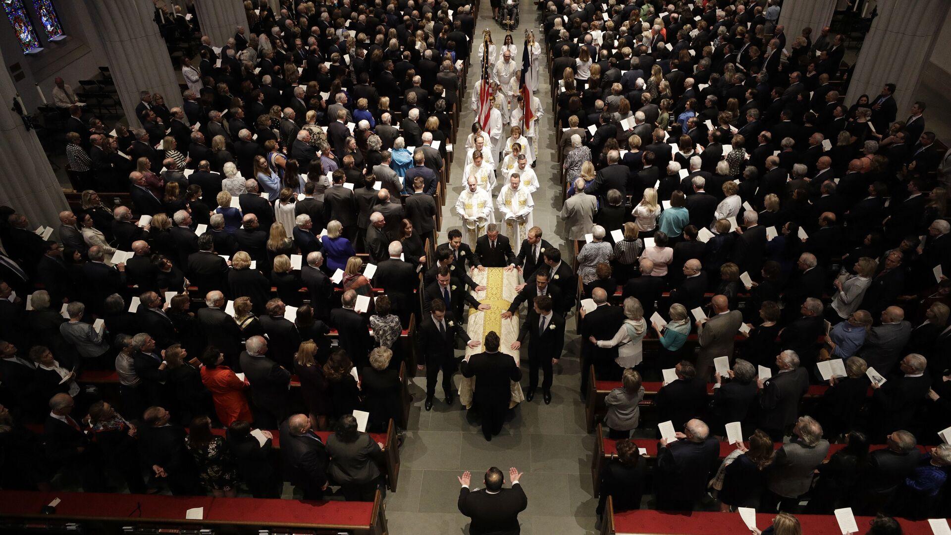 Гроб с телом бывшей первой леди Барбары на похоронной службе в Епископальной церкви Св. Мартина в Хьюстоне, США. 21 апреля 2018 - РИА Новости, 1920, 22.10.2020