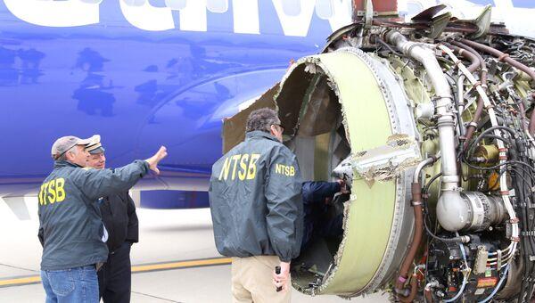 Эксперты NTSB изучают повреждение двигателя самолета Southwest Airlines в Филадельфии, штат Пенсильвания, США. 17 апреля 2018
