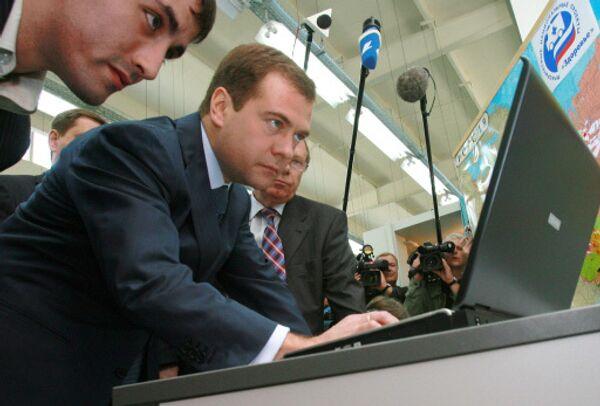 Дмитрий Медведев за компютером