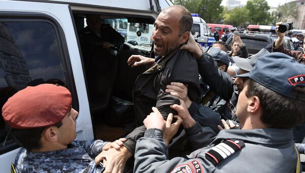 Задержание полицейскими участника акции протеста на площади Республики в Ереване. Архивное фото