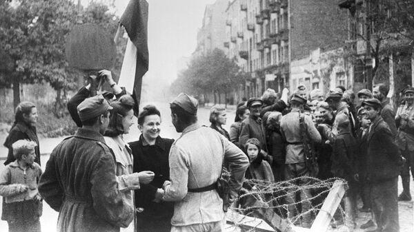 Мирные жители Варшавы и бойцы Красной армии. Освобождение Польши. Великая Отечественная война 1941-1945