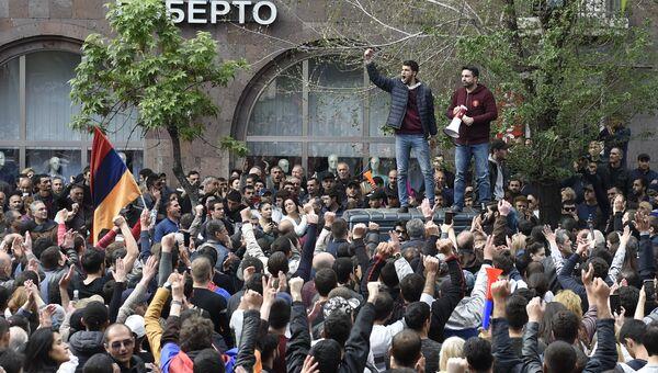 Участники акции протеста в Ереване против выдвижения бывшего президента Армении Сержа Саргсяна на пост премьер-министра Армении. 22 апреля 2018
