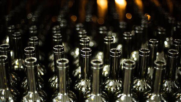 Участок упаковки пустой стеклотары винодельческого завода Массандра в Крыму