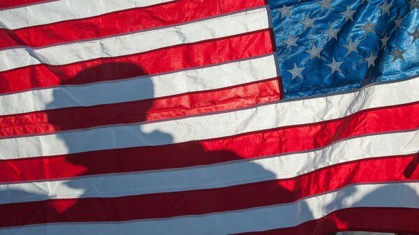 Военный на фоне флага США