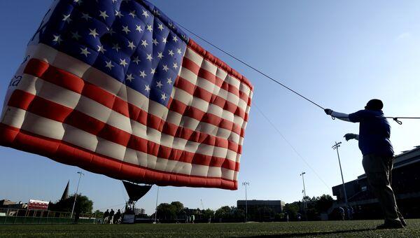 Воздушный шар, стилизованный под флаг США. Архивное фото