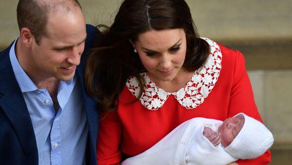 Британский принц Уильям и Кэтрин, герцогиня Кембриджская, на крыльце больницы Сент-Мэри в Лондоне со своим новорожденным сыном.  23 апреля 2018