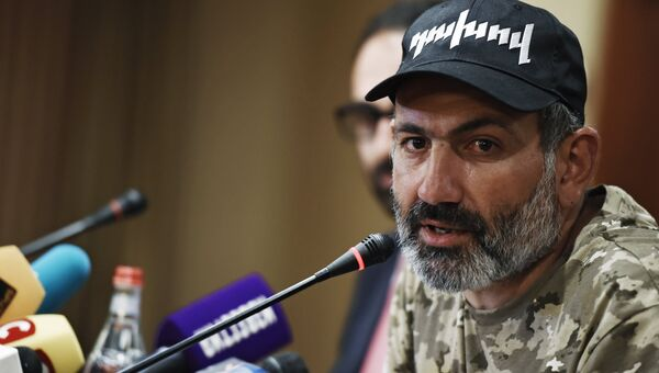 Лидер протестного движения Никол Пашинян на пресс-конференции в Ереване. Архивное фото