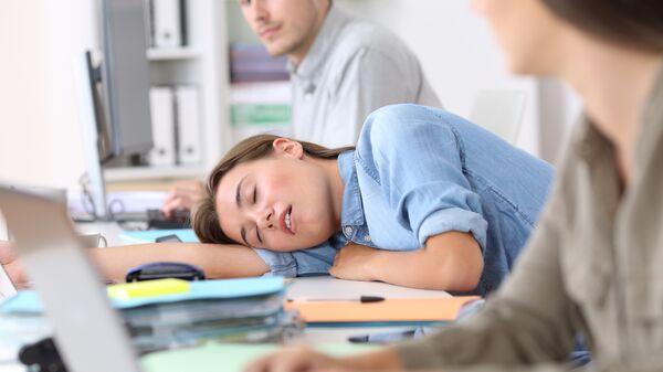 Девушка заснула в офисе