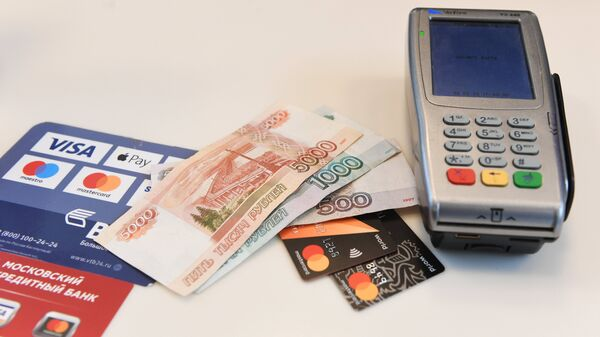 Терминал оплаты банковскими картами и денежные купюры.