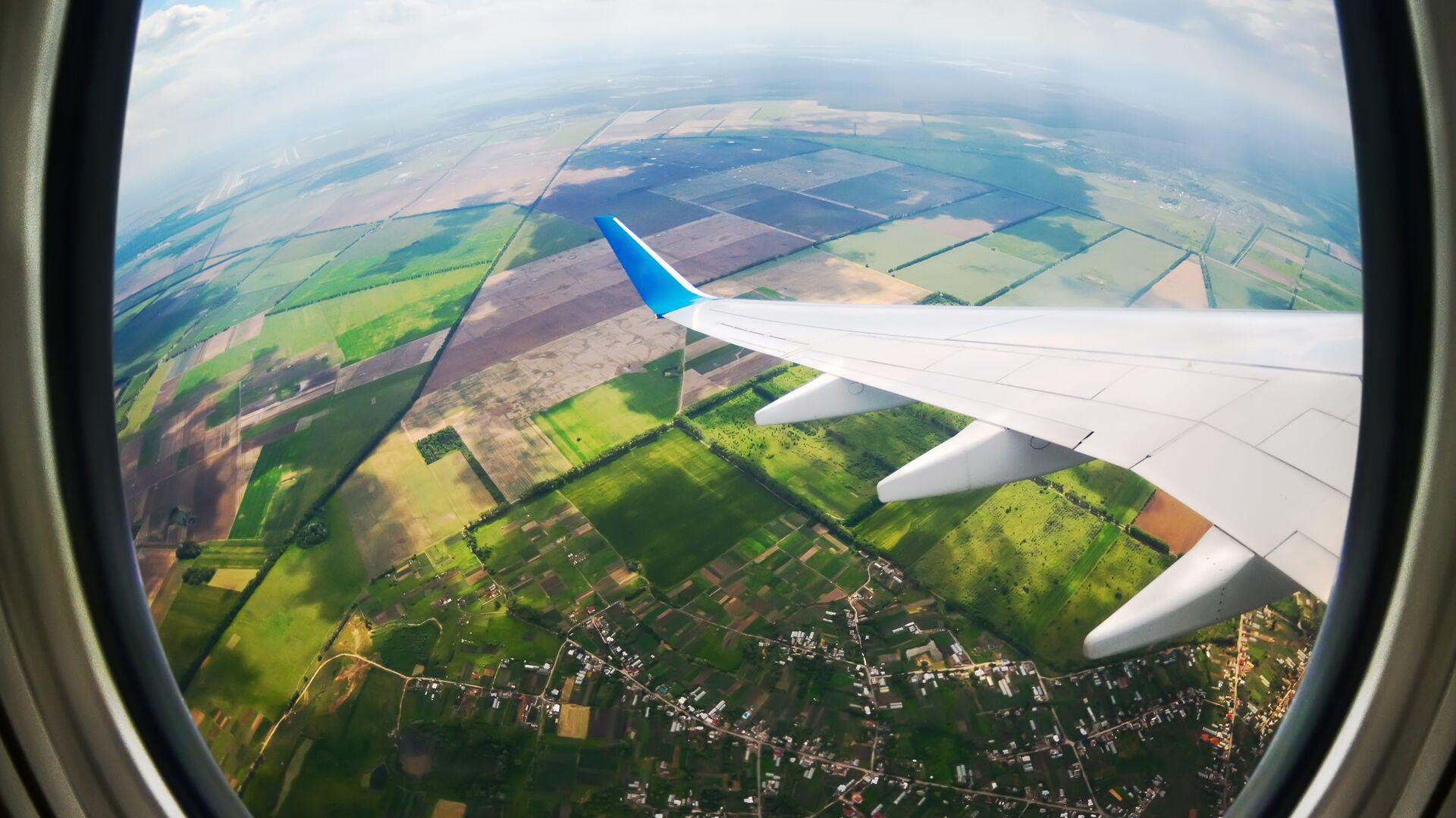 Вид через иллюминатор самолета - РИА Новости, 1920, 06.04.2021