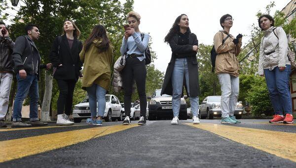 Сторонники оппозиции перекрывают дороги для проезда автотранспорта в Ереване