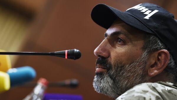 Лидер протестного движения Никол Пашинян на пресс-конференции в Ереване