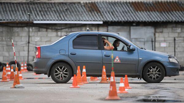 Инструктор и начинающий водитель во время практических занятий в автошколе