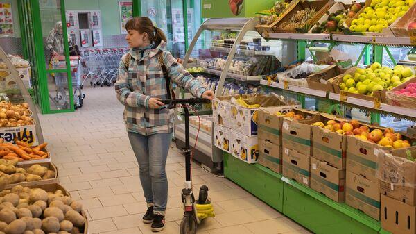 Девушка у прилавка с овощами в магазине Пятерочка в Москве