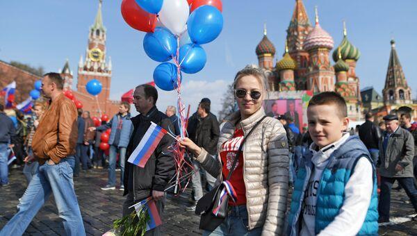 Участники первомайской демонстрации у Красной площади в Москве. 1 мая 2018