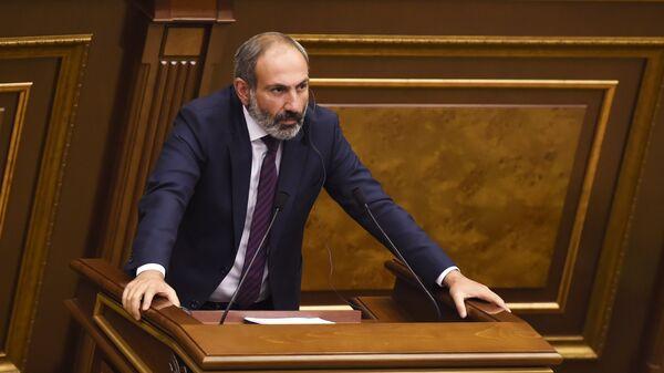 Кандидат в премьер-министры Никол Пашинян на внеочередном заседании по выборам нового премьер-министра в парламенте Армении. 1 мая 2018