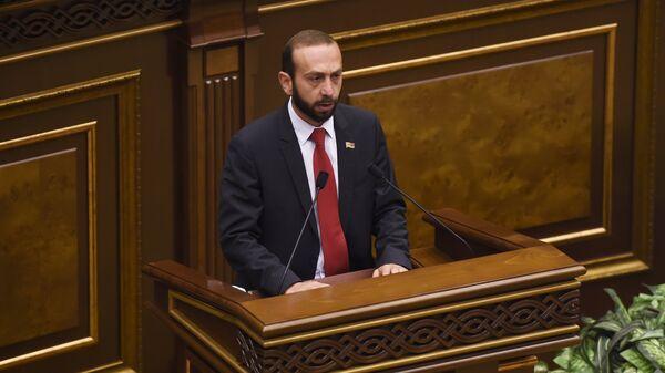 Депутат парламента Армении от партии Гражданский договор Арарат Мирзоян на внеочередном заседании по выборам нового премьер-министра в парламенте Армении. 1 мая 2018