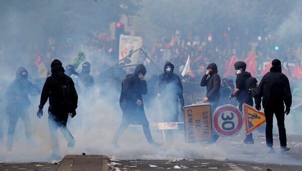 Демонстранты во время столкновений с французской полицией в Париже. 1 мая 2018
