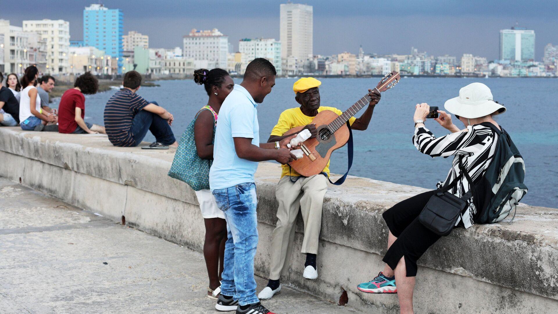 Кубинцы и туристы отдыхают на набережной Малекон в Гаване - РИА Новости, 1920, 15.10.2020