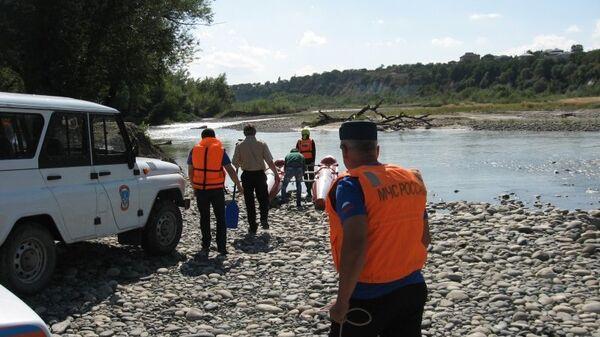 Сотрудники МЧС на реке Кубань в Карачаево-Черкесии