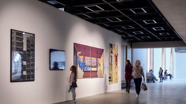 Посетители выставки Другие Берегав Центральном выставочном зале Манеж в Санкт-Петербурге