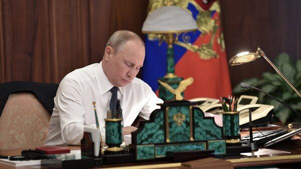 Президент Владимир Путин в рабочем кабинете. Архивное фото