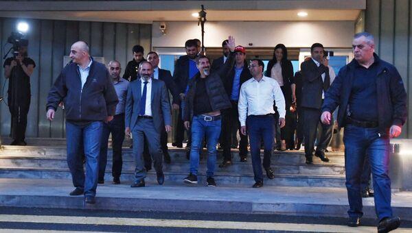 Кандидат в премьер-министры Армении, лидер оппозиции Никол Пашинян и рок-музыкант Серж Танкян у аэропорта Звартноц в Ереване. 7 мая 2018