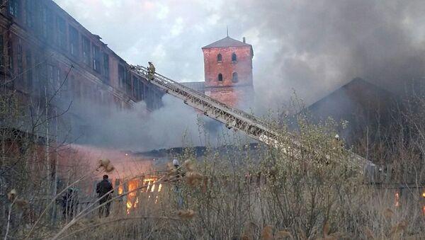 На месте пожара в цеху по производству бумаги в городе Арамиль Свердловской области. 8 мая 2018