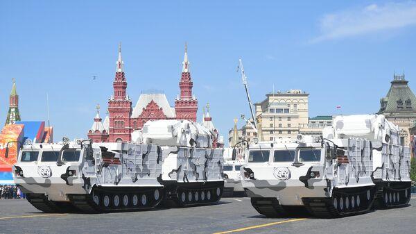 Арктические комплексы ПВО Тор-М2ДТ на базе вездехода ДТ-30 на военном параде, посвященном 73-й годовщине Победы в ВОВ