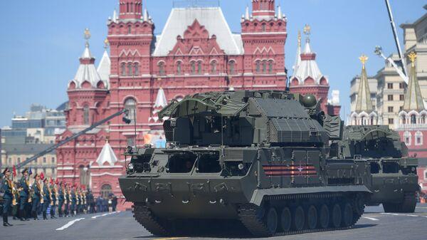 Всепогодный тактический зенитный ракетный комплекс ТОР-М2 на военном параде, посвященном 73-й годовщине Победы в ВОВ